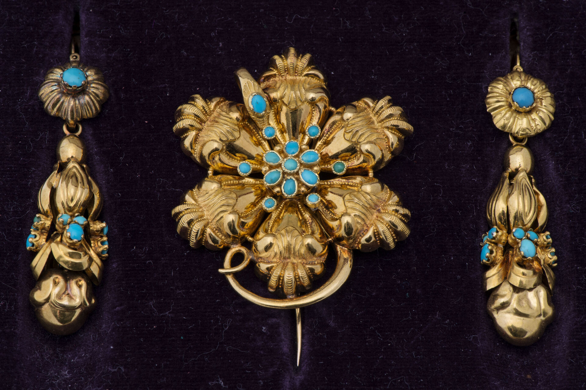 19th century brooch Ancient gold and gold metal brooch